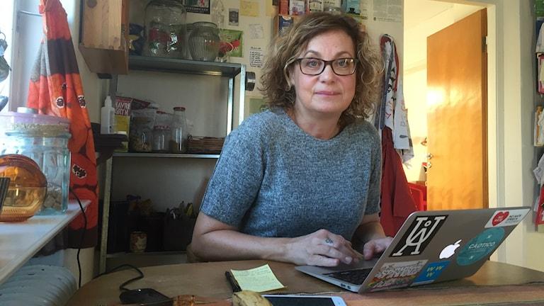 Elza Dunkels i köket vid dator. Foto: Anders Wikström/SR