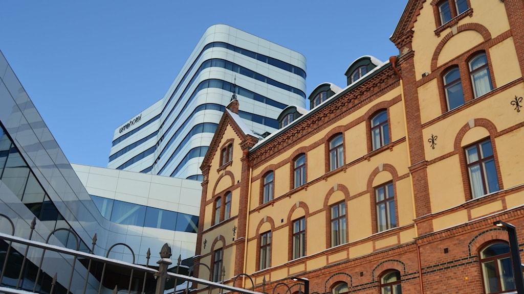 Väven och stora hotellet fotade från Rådhusparken.