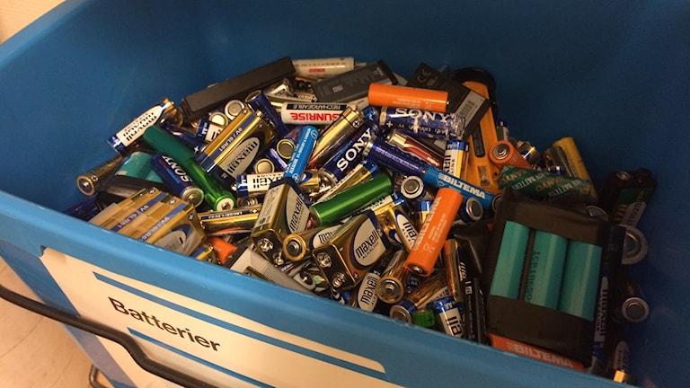 Batterier i batteriåtervinningen. Foto: Lillemor Strömberg/Sveriges Radio.