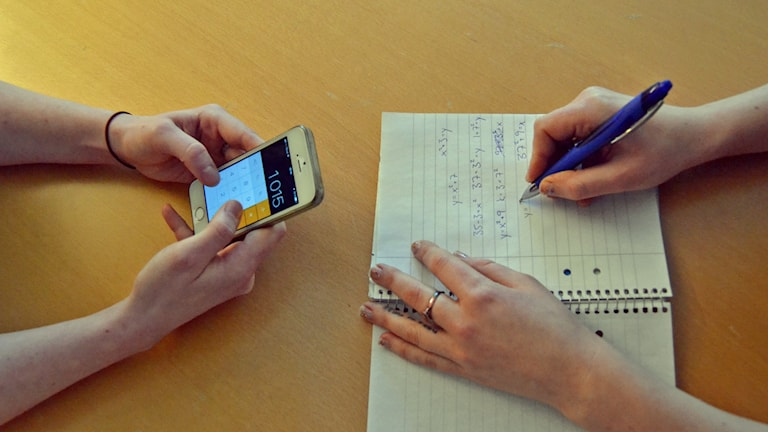 Mobiltelefon, mobil, iphone, skola, klassrum, lektion, anteckningsblock, matte, matematik, penna, papper, skoluppgift, studier, grupparbete