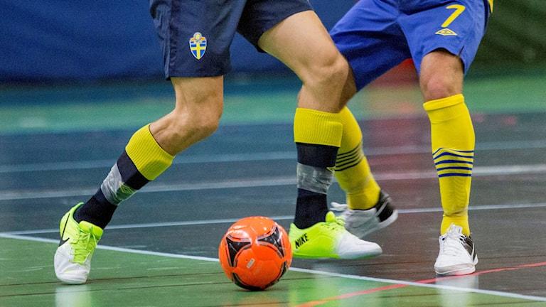 Bilden visar två fotbollsspelare som dribblar en boll. Foto: Christine Olsson/TT.