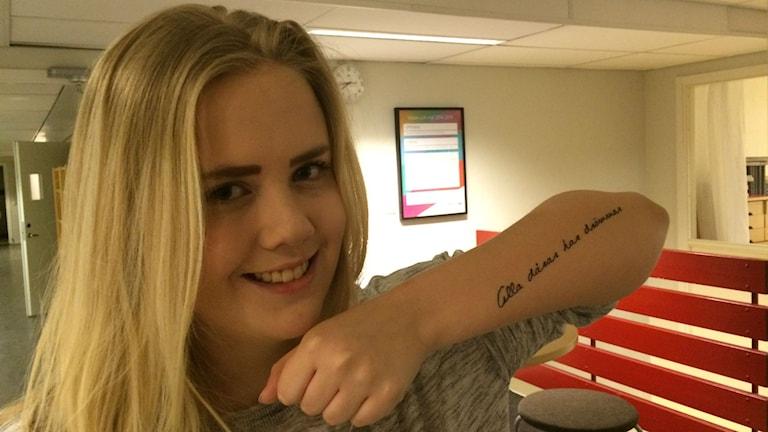 18-åriga Alva Darehed från Umeå tatuerade in ADHD-diagnosen. Foto: Filippa Armstrong/Sveriges Radio