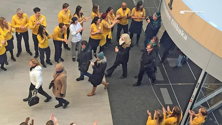 De första besökarna på Ikea i Umeå applåderades fram av personalen.