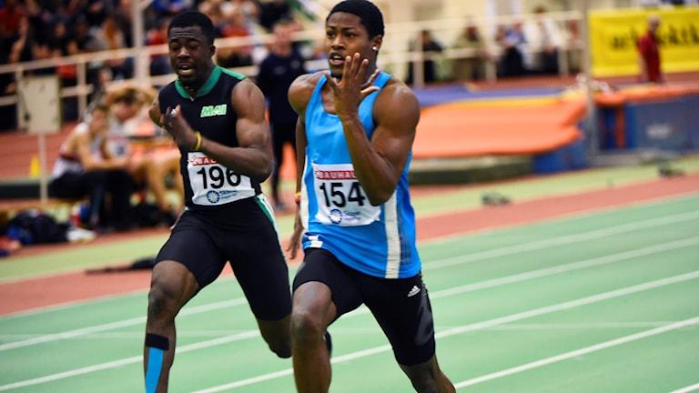 Odain Rose och till vänster Emmanuel Dawlson i herrarnas 60 m final under inomhus-SM i friidrott som avgörs i Friidrottshallen Atleticum i Malmö. Foto Emil Langvad/TT.