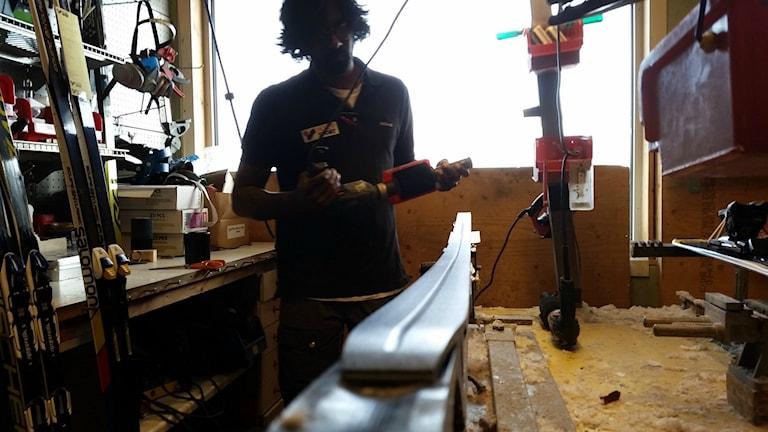 Lars Lindmark preparerar en längdskida.