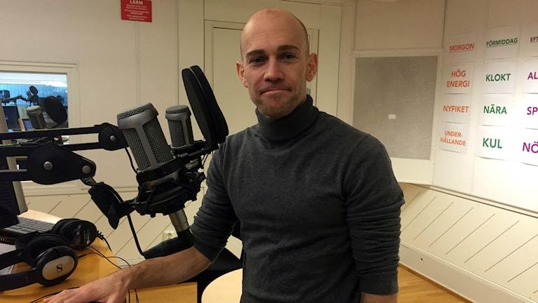 Personlige tränaren Matt Richardson har en grå polotröja och sitter i radiostudion.