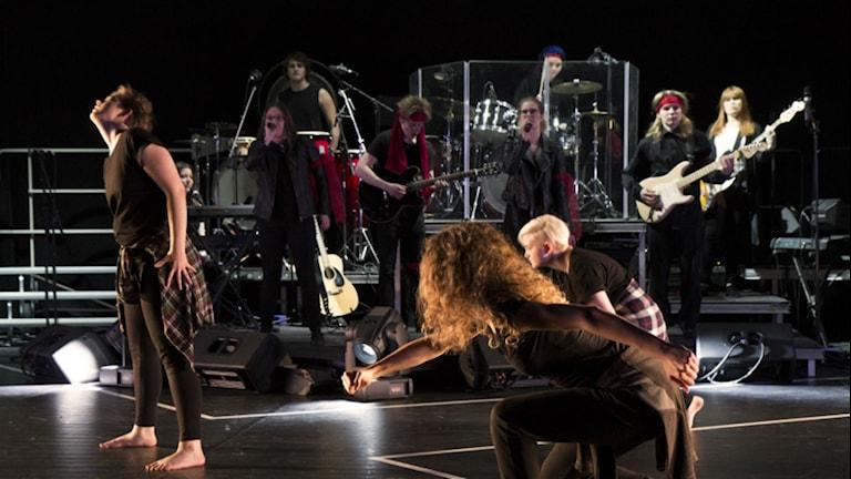 """Dans- och musikelever från Midgårdsskolan gör föreställningen """"The Road Not Taken"""". Foto: Therése Swärd/Midgårddskolan"""