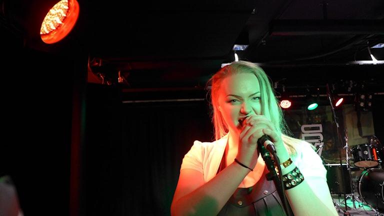 Mimmi Eliasson, sångerska i In this Grey. Foto: Anders Wikström/Sveriges Radio.