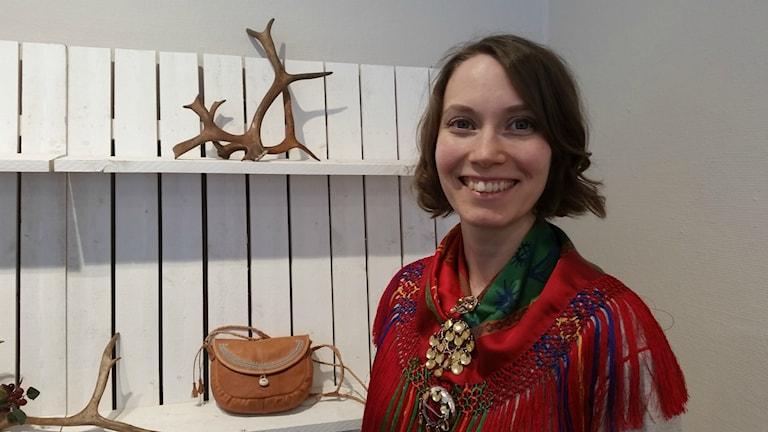 Konsthantverkaren Christine Utsi framför en väska som hon ställer ut.