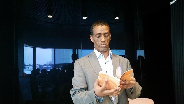 Yonas Welderufael har översatt körkortsteori till tigrinja som talas i Eritrea.
