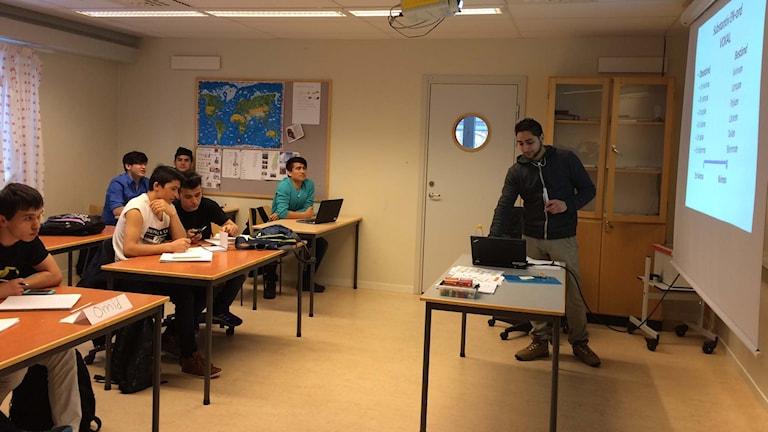 Elever och lärare i ett klassrum.