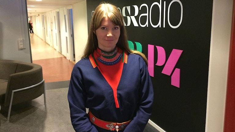 Josefina Skerk i samedräkt på Radiohuset i Umeå.