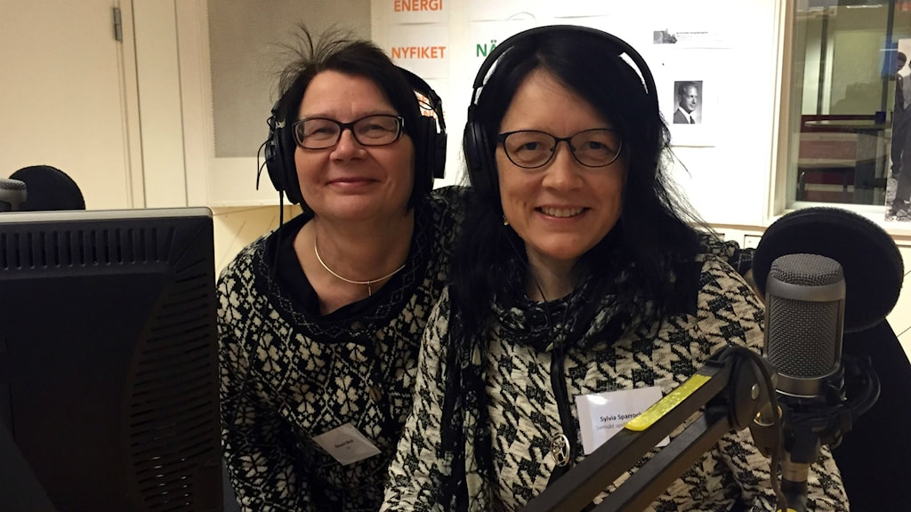 Ella-Carin Blind och Sylvia Sparrock, samiskt språkcentrum sitter i radiostudion.