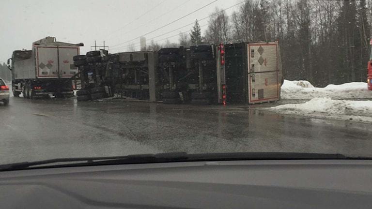 Vält lastbilsläp på Kolbäcksleden
