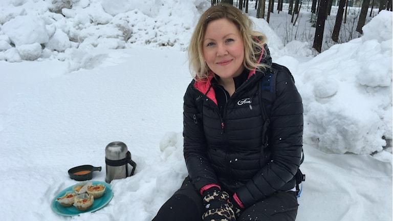 Dietisten och matbloggaren Anna Vrede sitter i en snödriva utanför radiohuset med ett fat ostmuffins och en kåsa paprikasoppa.