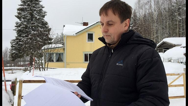 Lorents Burman Kommunalrådet i Skellefteå läser motiveringen till att han friats från åtalet om tjänstefel