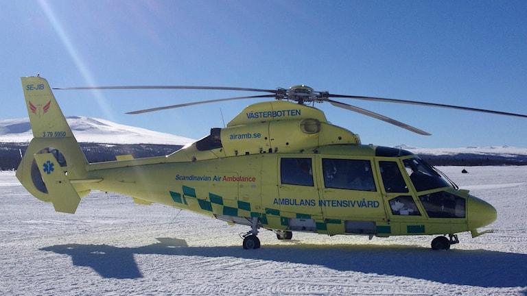 Ambulanshelikopter på fjällsjö. Foto: Patrick Brandenstein/Västerbottens läns landsting.
