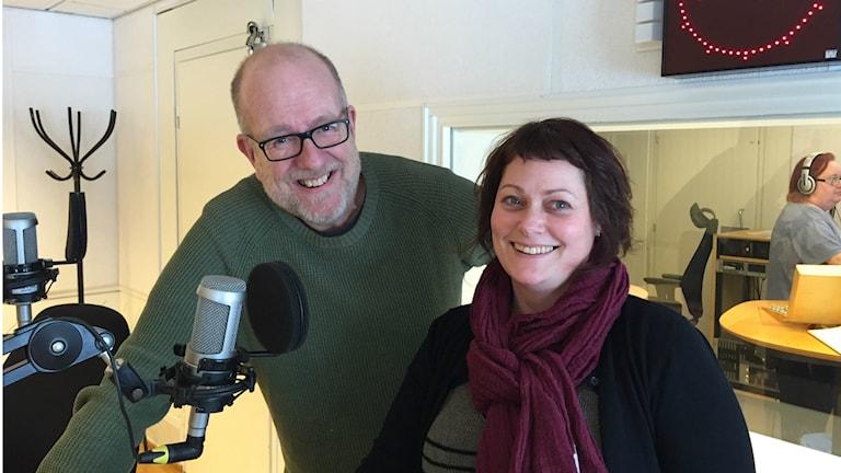 Peter och Anna ur mellopanelen står i studion