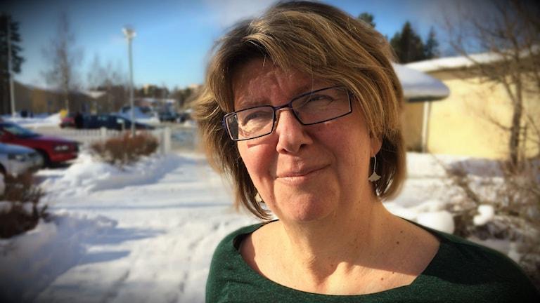 Anita Wirén Konstantis är chef på Umeåregionens överförmyndarkontor. På bilden står hon på parkeringsplatsen utanför deras lokaler.