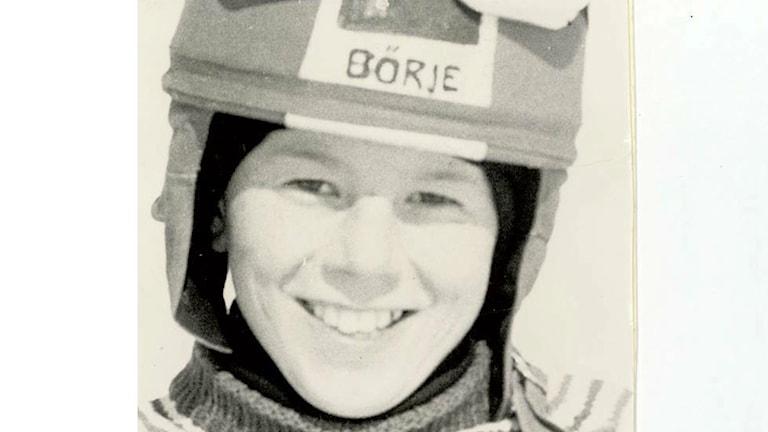 """En bild av Ingemar Stenmark iförd slalomhjälm med texten """"Börje"""" när han var blott en pojke."""