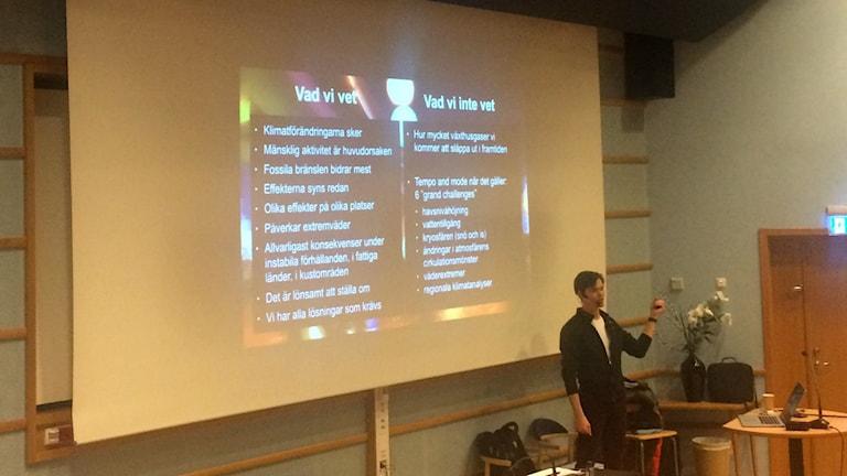 Andreas Gyllenhammar föreläser om klimatförändringarna. Foto: Lillemor Strömberg/Sveriges Radio.