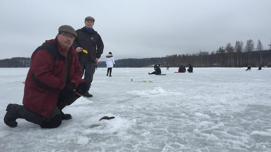 Richard Löwall och Jari Toivanen har med sig utrustning till alla som vill prova på isfiske