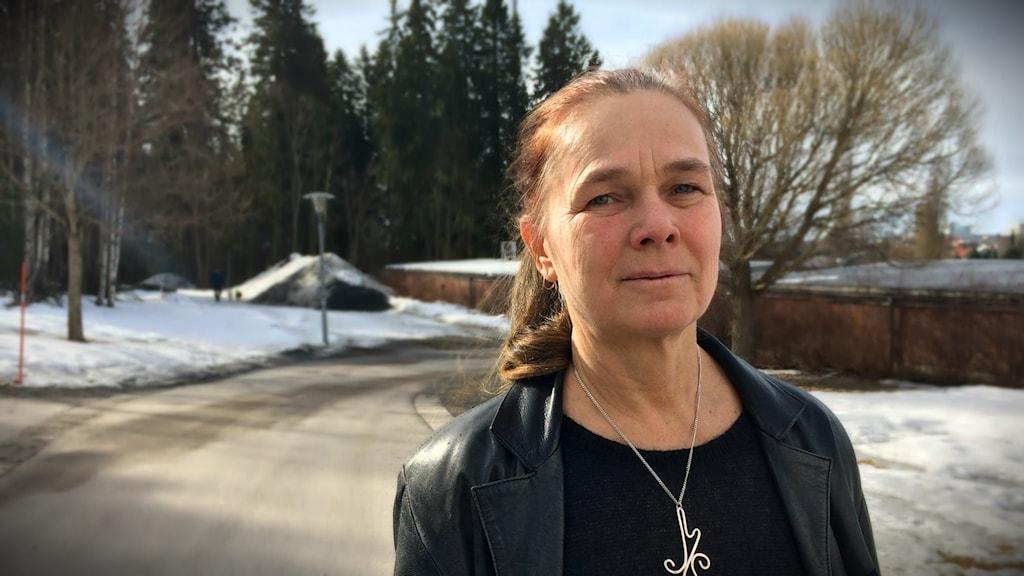 Maria Sandberg utanför sin lägenhet i Umeå