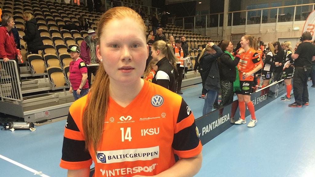 Johanna Hultgren tvåmålsskytt när Iksu besegrar Mora med 6-2. Foto: Helena Forsgren, Sveriges Radio.