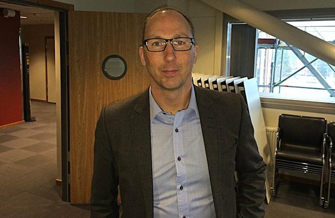 Mikael Lindgren påväg in till presskonferensen. Foto: Magnus Bergner/SR