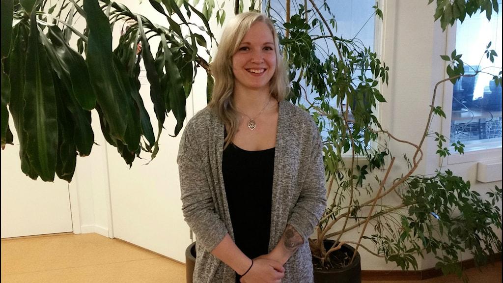Armbryterskan Victoria Karlsson står i Lyckselestudion efter intervju