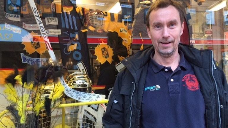 Bosse Hansson har fixat ett gulsvart fönster Foto Åza Meijer