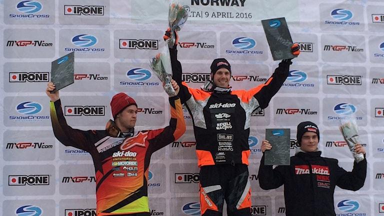 Prispallen med vinnaren Adam Renheim, Lima Ms, tvåan Oskar Norum Umeå Ak och trean Elias Ishoel, Norge. Foto AnnaLena Forsberg/SR.