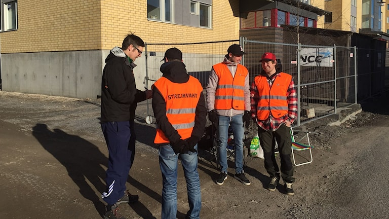 Strejkvakterna Hans Larsson Alexander Lövgren och Anton Augustsson på öbacka strand intervjuas av SVT