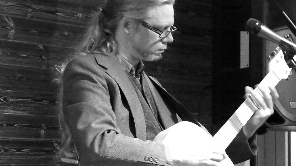 Robert Jonsson med gitarr
