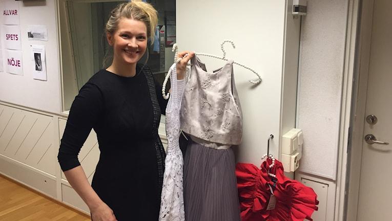 Pia Johansson visar klänningar