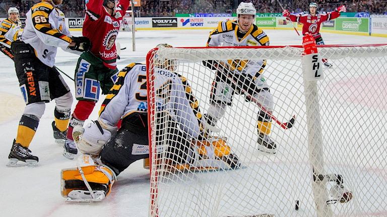 Frölunda gör 3-2 genom Elias Fälth bakom Skellefteås målvakt Erik Hanses .