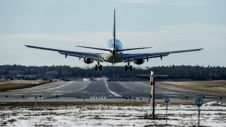 Flygplan lyfter.