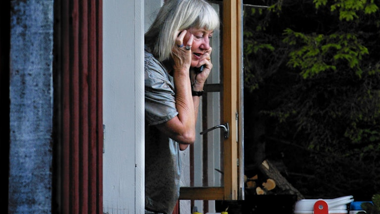 Kvinna pratar mobiltelefon.