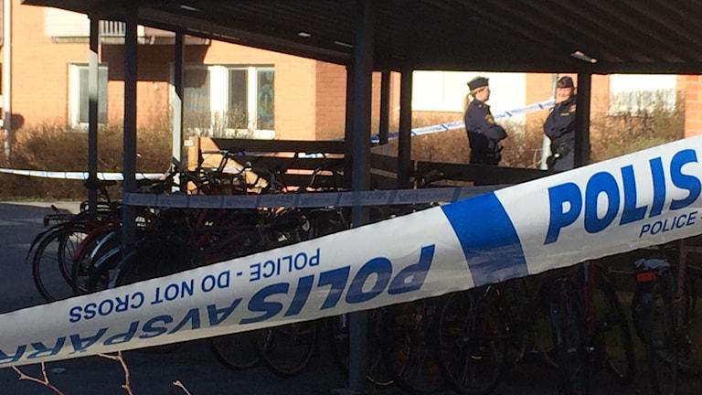 Polisen har spärrat av på Sandbacka. Foto Peter Öberg/SR.