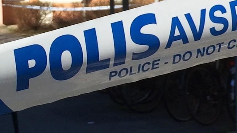 Polisens avspärrningsband. Foto: Peter Öberg, Sveriges Radio.