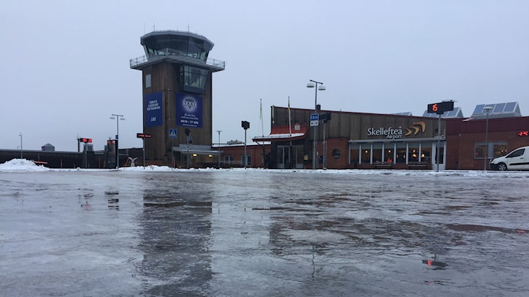 Marken utanför Skellefteå Airport är täckt av is.
