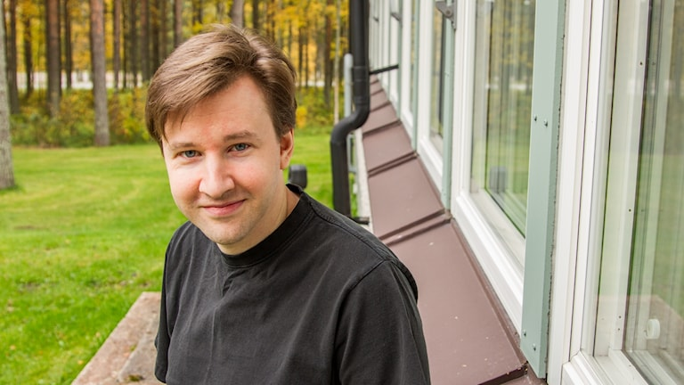 Niklas Zechner på Institutionen för datavetenskap vid Umeå universitet utanför radiohuset i Umeå