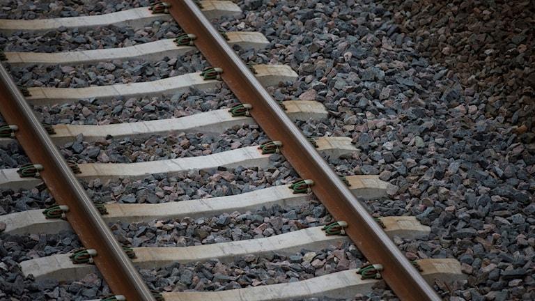 Närbild på ett järnvägsspår