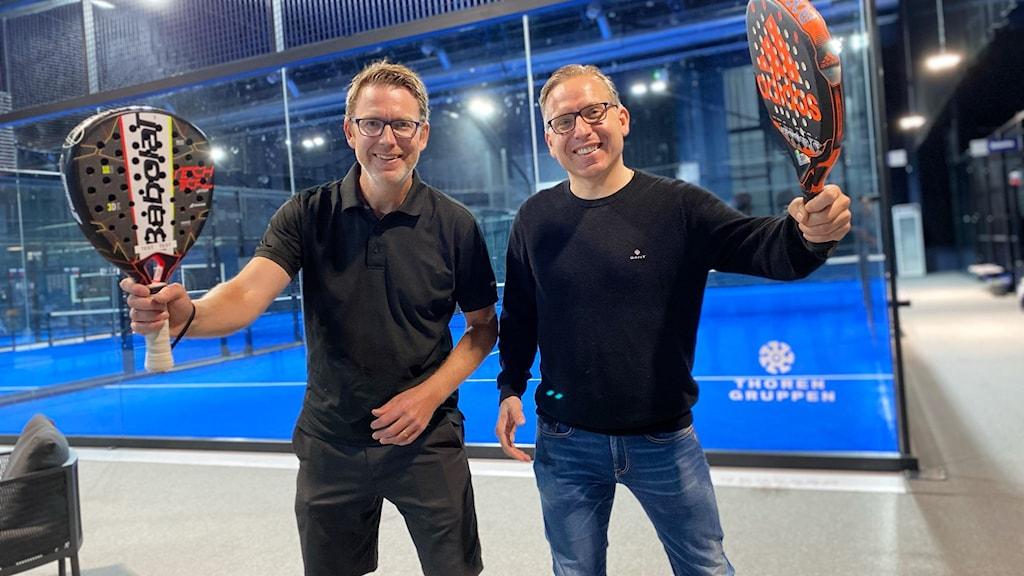 Niklas Westman och ERik Andersson poserar med varsitt padelracket.