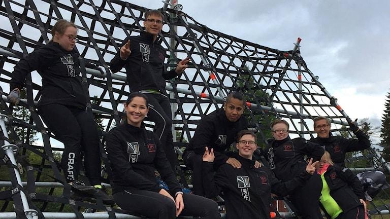 Tävlande på första klätterhindret