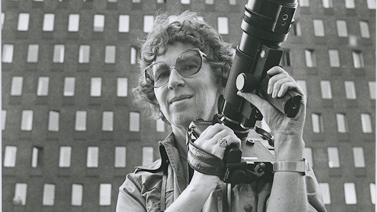 Pressfotografen Ragnhild Haarstad med kamera framför SVDs redaktioner