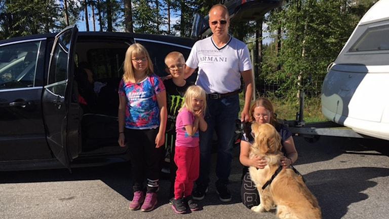Från vänster Elias (sovandes i bilen), Emilia, Emil, Emma, Patrik, Heide och hunden Tiensuu