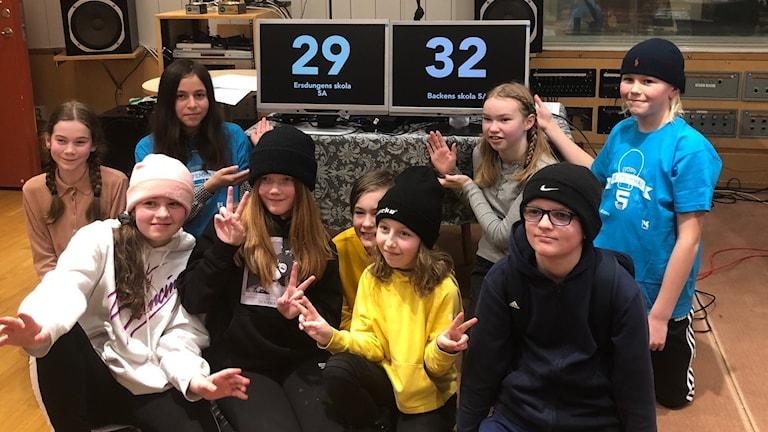 Millan Lundmark och Alfred Bern från Backens skola klass 5A ( i blåa tröjor) gick tillsammans med klassen vinnande ur årets första kvartsfinal i Vi i femman.