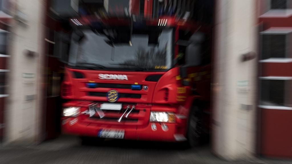 brandbil kör ur station