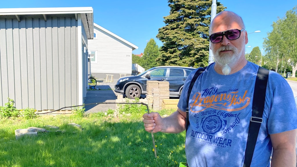 Umeåbon Joakim Johnsson med en slagruta av kopparstål.